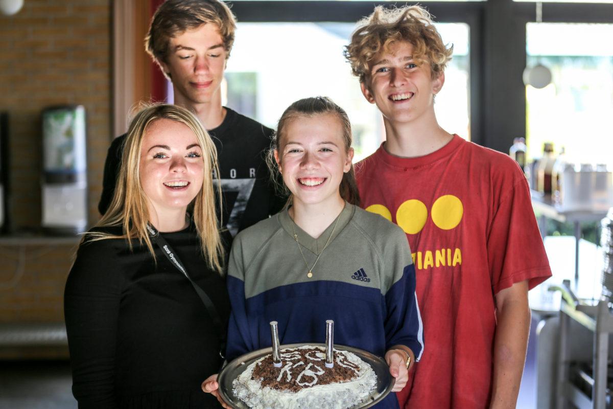 elever på efterskole laver lagkage