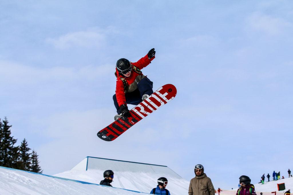efterskole elev hopper på snowboard